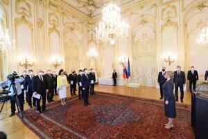 Prezidentka SR Zuzana Čaputová (vpravo) a členovia novej vlády SR počas vymenovania.