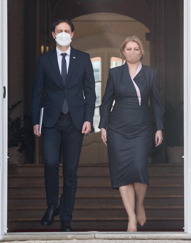 Prezidentka Čaputová a  vľavo predseda vlády SR Eduard Heger.