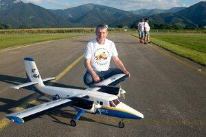 Miroslav Oravec smaketou lietadla DHC-6 Twin Otter.