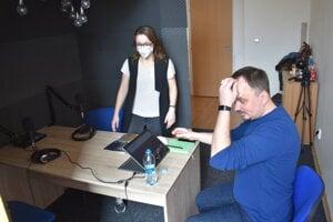 Nahrávanie podcastu. Barbora Rusiňáková ako respondentka a Jozef Verbovský, tentoraz v pozícii technika a strihača.