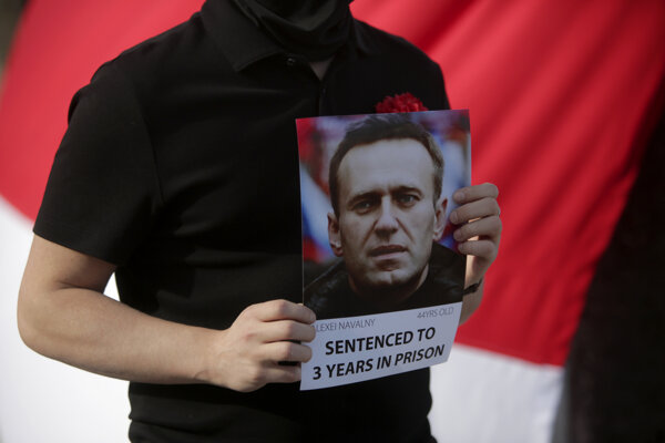 Demonštrant drží fotografiu väzneného Alexeja Navaľného.