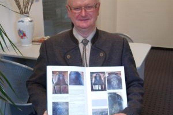 Autor Imrich Točka so svojou najnovšou knihou o nitrianskych zvonoch.