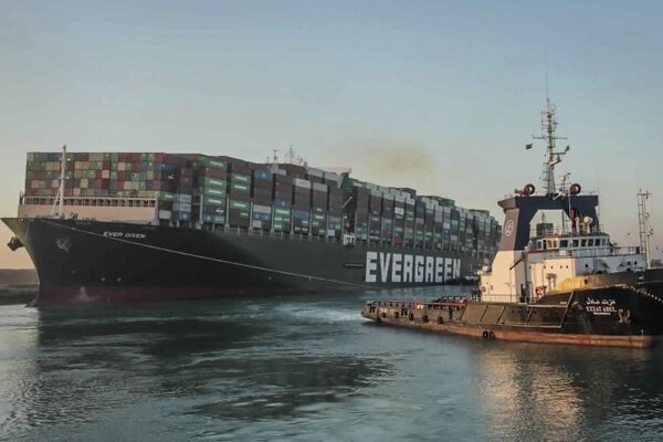 Vyslobodená nákladná loď Ever Given v Suezskom prieplave.