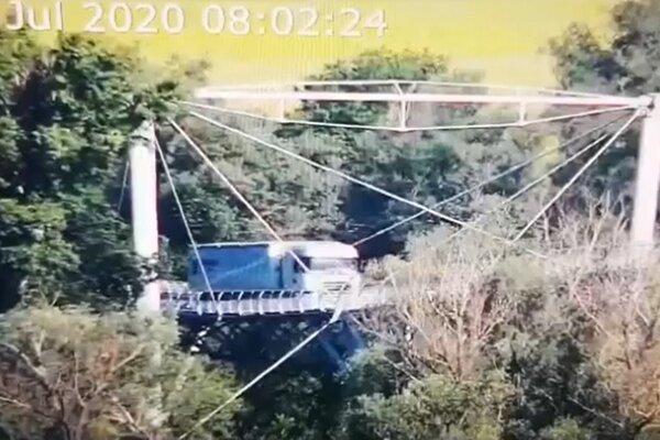 Kamión na cyklomoste zachytila bezpečnostná kamera.
