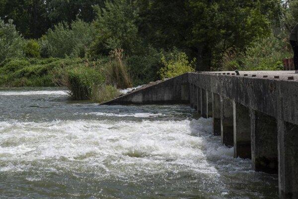 Dunaj preteká cez prehrádzku počas simulovaných záplav ľavostrannej ramennej sústavy.