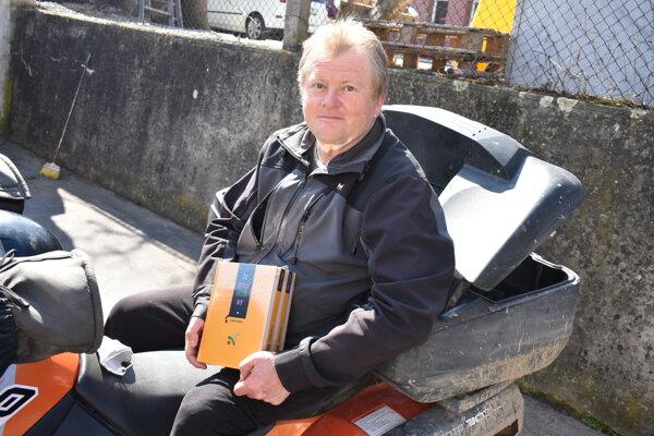 Ľuboš Dzúrik drží čerstvé výtlačky svojej novej knihy Jednohubky.
