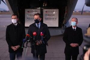 Zľava vtedy ešte minister zdravotníctva Marek Krajčí, vtedajší premiér Igor Matovič a infektológ Pavol Jarčuška po prílete lietadla s ruskou vakcínou Sputnik V.
