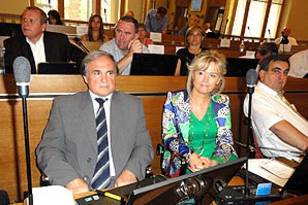 Kto sa s kým spojí do koalície pred župnými voľbami, zatiaľ nie je známe. Na snímke poslanci Horváth, Kolenčíková, Ščurka, Schwarz a Miškovičová.