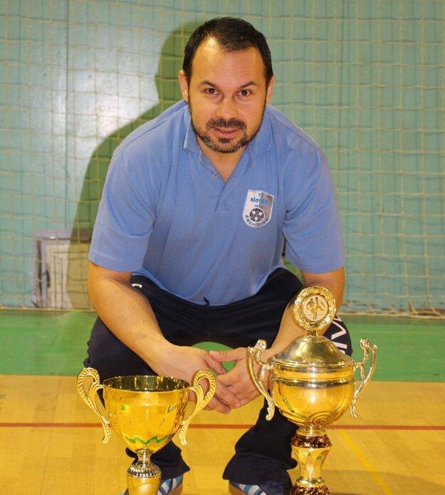 Martin Slovák v prirodzenej polohe - s futbalovými trofejami.