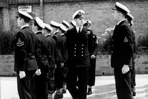 Na archívnej snímke z 31. júla 1947 Philip Mountbatten (uprostred) počas prehliadky mužov vo výcvikovom stredisku v britskom Corshame.