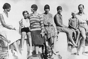 Na archívnej snímke z 8. septembra 1928 rumunský kráľ Michal I. (druhý vľavo), jeho matka princezná Helena Grécka (tretia vľavo) a druhý vpravo princ Philip počas dovolenky v rumunskom Mamaia.