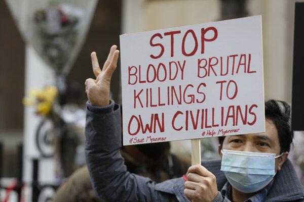 Demonštranti pred mjanmarskou ambasádou v Londýne