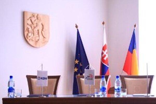 Trojkoalícia, ktorá sa v piatok dohodla na spoločnom postupe strán, sa dnes k podpísaniu koaličnej zmluvy nedostala. Podpísali ju len Smer s KDH, miesto na vlajočku pre SDKÚ ostalo prázdne.
