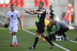 Hlavný rozhodca Boris Marhefka signalizuje penaltu po preštudovaní opakovaného videozáznamu