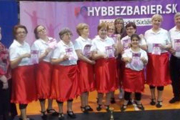 Členovia krúžku scénickkého tanca Očko na súťaži v Bratislave.