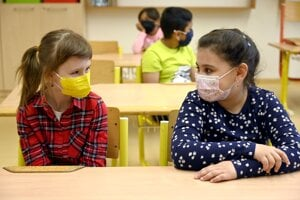 V pondelok ráno sa naživo v triede konečne stretli aj všetci prváci na Základnej škole v Michaľanoch v okrese Trebišov.