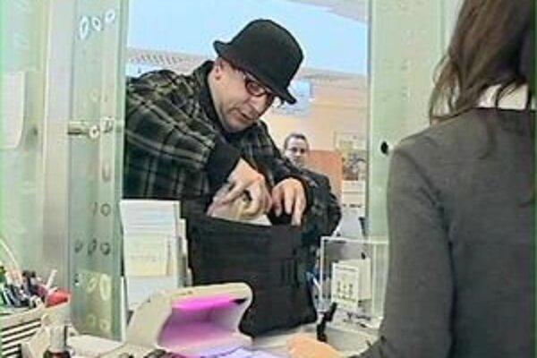 Muž prepadol banku s klobúkom na hlave, na očiach mal dioptrické okuliare.