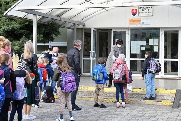 Vo Svidníku nastúpili do škôl žiaci prvého stupňa aj škôlkari.