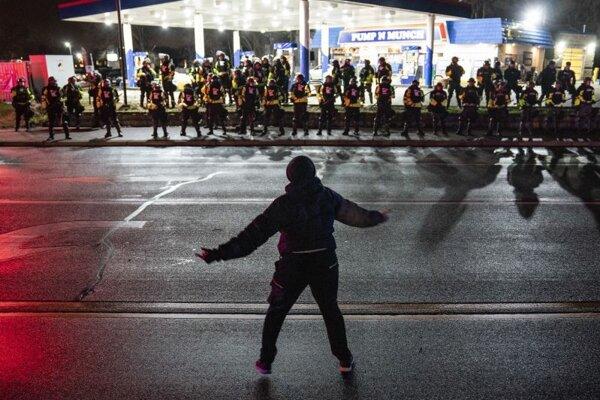 Protest v meste Brooklyn Center, kde pri policajnom zásahu prišiel o život 20-ročný Daunte Wright.