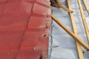 V základnej škole v Chorvátskom Grobe strhol silný vietor strechu.