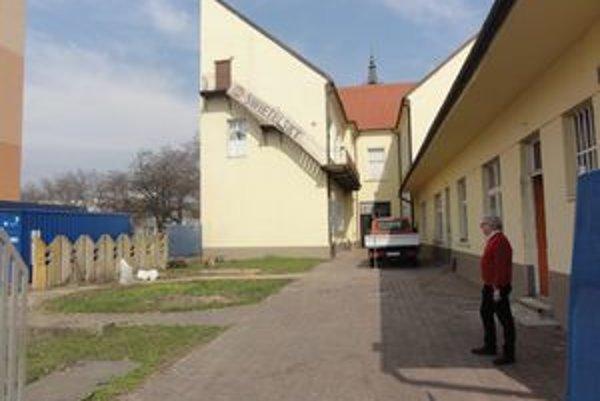 Pravá časť budovy na snímke bude zasanovaná.