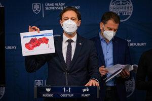 Premiér Eduard Heger oznamuje zlepšenie situácie na Slovensku.