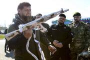 Čečenský vodca Ramzan Kadyrov sa teší z nového samopalu pri príležitosti odchodu čečenských jednotiek na cvičenie do Arktídy.