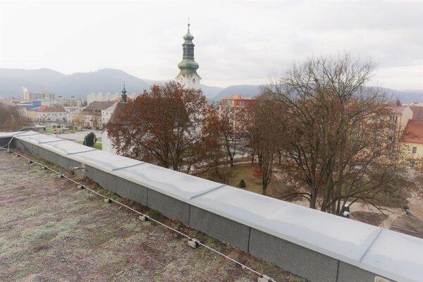 Pohľad zo strechy, ktorá je zelená.