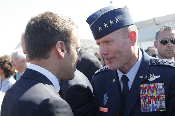 Americký generál Tod Wolters (vpravo) na snímke s francúzskym prezidentom Emmanuelom Macronom.