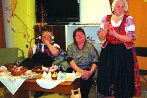 Miroslava Zaujcová (vpravo) približuje deťom folklórne tradície Veľkej noci.