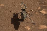 Helikoptéra Ingenuity na Marse. Záber zhotovil rover Perseverance.