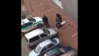 Policajt útočil aj keď muž ležal. Kradol alkohol, zľahčuje policajný šéf