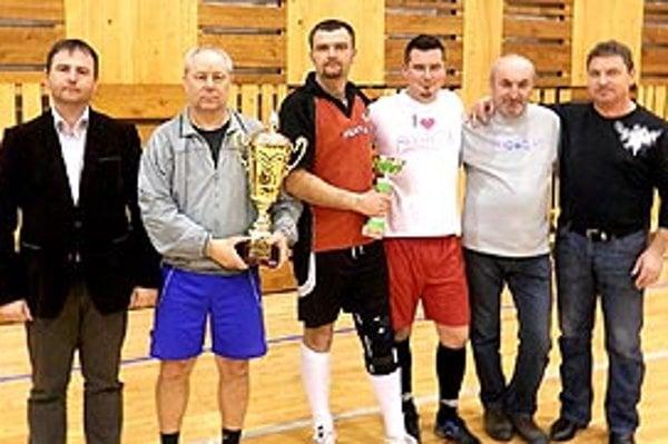 Víťazný tím Levíc, vľavo poslanec NR SR Marián Kéry.