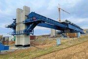 Výstavba jedného z pilierov obchvatu.
