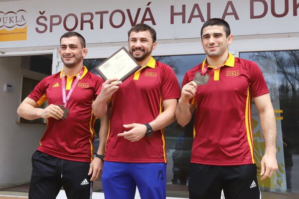 Slovenskí zápasníci zľava Tajmuraz Salkazanov, Boris Makojev a Achsarbek Gulajev.