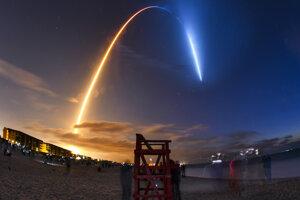 Raketa A SpaceX Falcon 9 spolu s kapsulou Crew Dragon vyštartovali v piatok ráno z Floridy