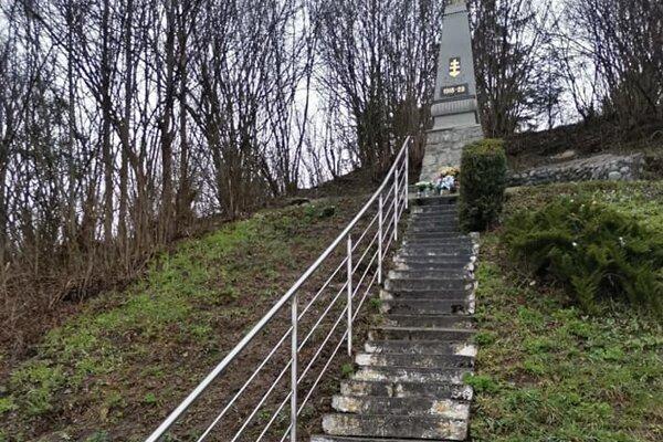 Pomník je venovaný na pamiatku padlým vprvej svetovej vojne apri príležitosti 10. výročia vzniku prvej Československej republiky.