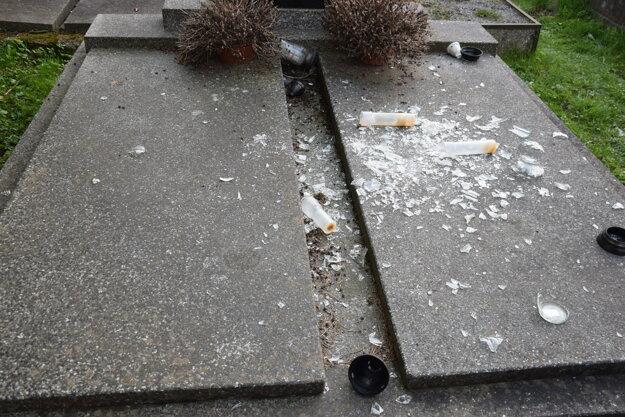 Po vandaloch zostali zničené veci a neporiadok.