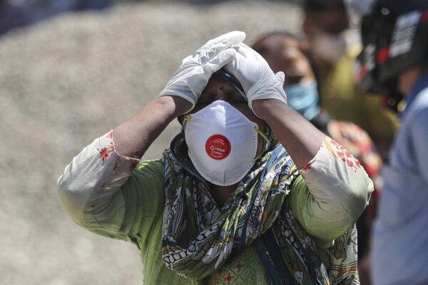 India je v mimoriadne náročnej situácii. Na snímke príbuzný jednej z obetí ochorenia Covid-19.