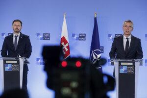 Premiér Eduard Heger (vľavo) po stretnutí s generálnym tajomníkom NATO Jensom Stoltenbergom v Bruseli.