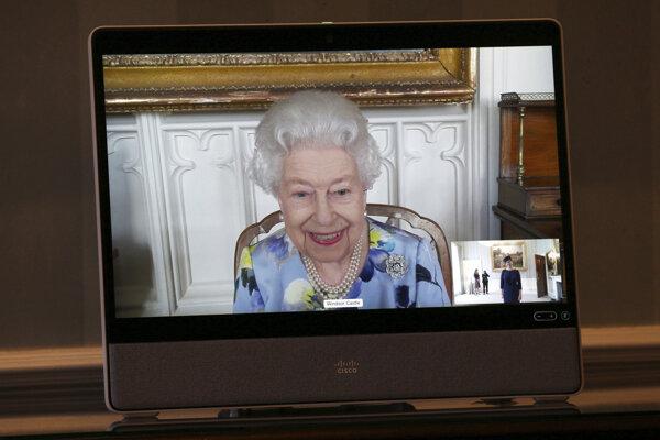 Britská kráľovná Alžbeta II. prostredníctvom videospojenia prijala na dvoch audienciách veľvyslankyňu Lotyšska Ivitu Burmistreovú a veľvyslankyňu Pobrežia Slonoviny Saru Affoue Amaniovú.