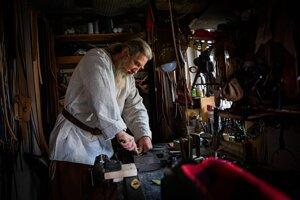 Remenár Ondrej Sabela pripravuje výrobky na sezónu.