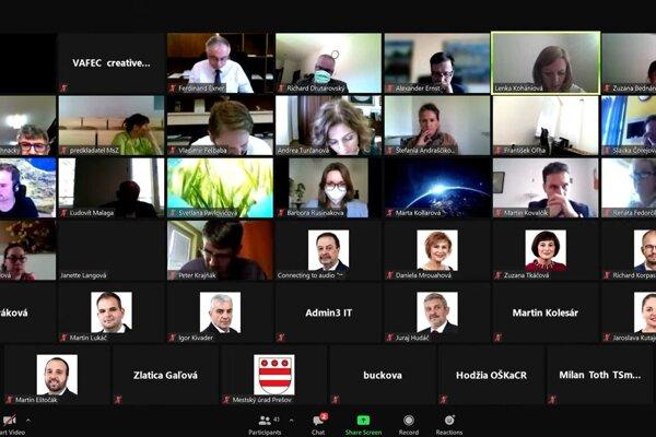 Poslanci rokovali online.
