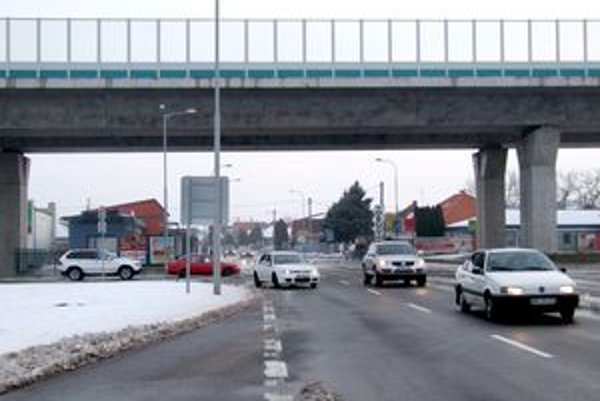 Novozámocká ulica. Vľavo je odbočka na Priemyselnú, ktorá sa má stať súčasťou prepojenia Krškán s Chrenovou.