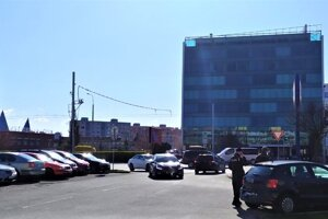 Miesto, odkiaľ by na hlavnú cestu mali vychádzať autá z oboch smerov.