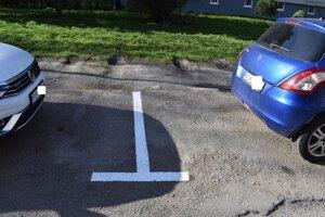 Autá po novom priečne stáť nemôžu, pozdĺžne sa ich zmestí málo.