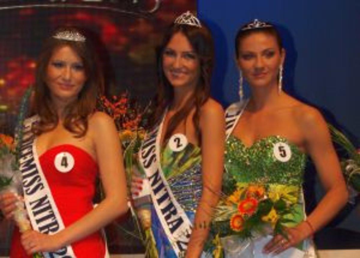 85a06314c963 Víťazky finále Miss Nitra 2013 - zľava prvá vicemiss Silvia Červeňanská