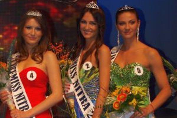 Víťazky finále Miss Nitra 2013 - zľava prvá vicemiss Silvia Červeňanská, miss Martina Schwarzová a druhá vicemiss Olívia Čambalová.