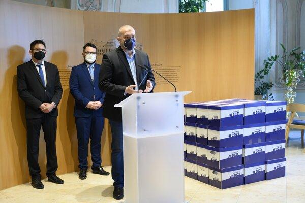 V popredí člen petičného výboru Ervin Erdelyi počas príhovoru pri odovzdaní petičných hárkov za vyhlásenie referenda o predčasných voľbách.  Foto:TASR