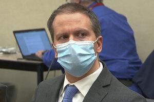 Derek Chauvin počas súdneho pojednávania.
